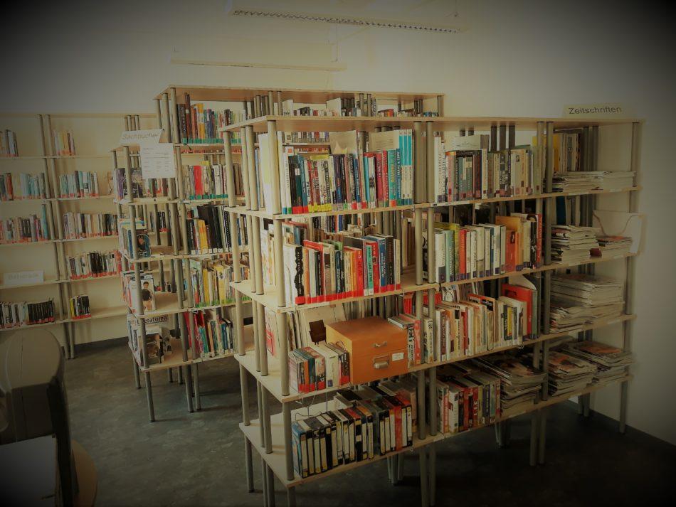 Bücherregale in der Bibliothek der HOSI Salzburg