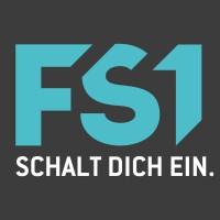 Logo FS1 vor schwarzem Hintergrund mit türkisener FS1 Schrift und weißem Schalt dich ein Spruch darunter